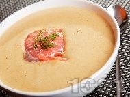 Рецепта Бърза и лесна крем супа от авокадо с филе от пушена сьомга и течна сметана